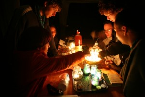 Gâteau d\'anniversaire et bougies au camp