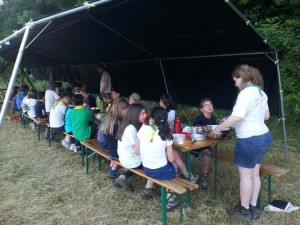 Les louveteaux à l'heure du dîner au premier soir du camp 2013
