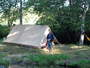 Une tente de patrouille d'éclaireurs au bord de la rivière.