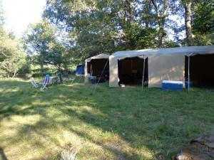 """Les tentes marabout d'intendance et de préparation des repas. A droite la """"tente à légumes"""", à gauche le stockage du matériel et dans le fond la tente à matériel pédagogique des louveteaux."""