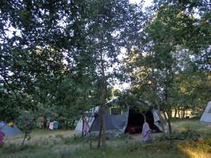L'entrée d'une Rouchy de louveteaux. A droite, l'autre Rouchy et à gauche une tente de chefs loups.